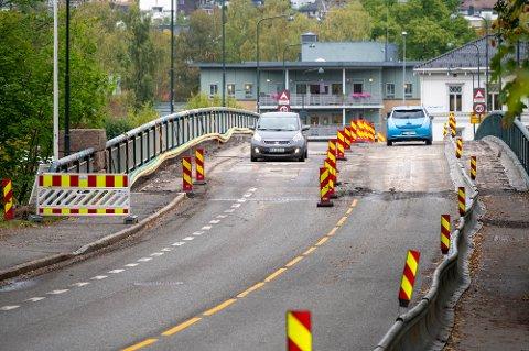 FØR STENGING: Slik så Landfalløybrua ut før stenging 1. oktober. Med unntak av ett lag er nå ny asfalt på plass.