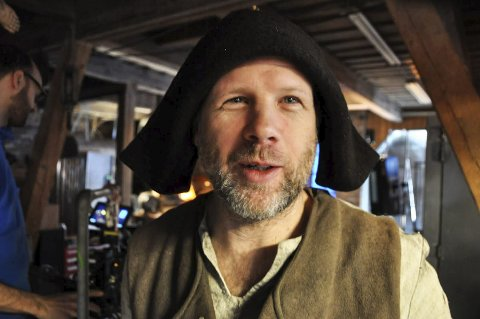 Stand in: Glassblåser Daniel Erlandsson ble nisse i NRK-serien «Snøfall». Opptakene ble gjort i februar i år.