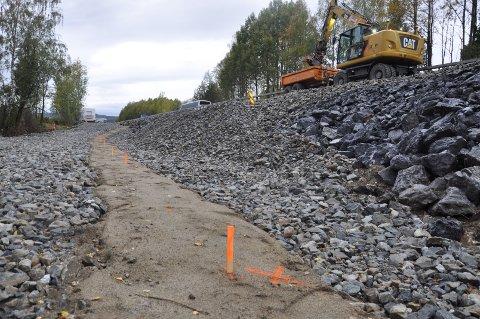 Når veien skal utvides må også betongtunnelen til Loeselva forlenges. Det betyr nattebråk i to uker.