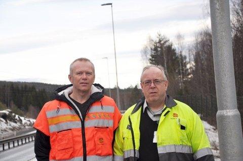 Byggeleder Ståle Fredheim t.v. og elektroansvarlig Ottar Bjørnstad lover mer lys langs E134 Drammen-Kongsberg i år og neste år. I alt 12 kilometer til.