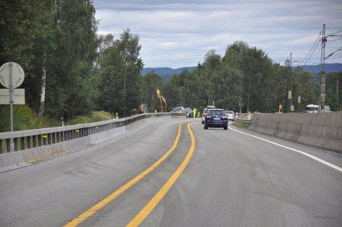 Utvidelse av veien over Loesmoen mot flyplassen i gang. (Foto: Kjell Wold - SVV)