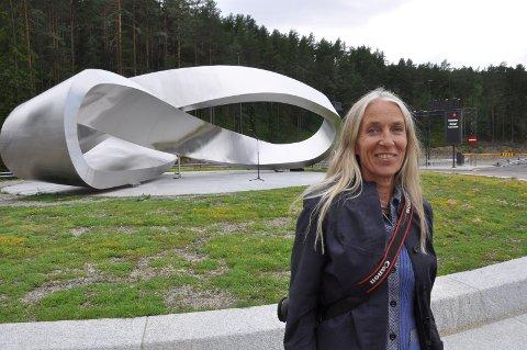 15 METER: Kunstneren Viel Bjerkeset Andersen viser stolt fram verket sitt!