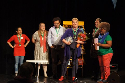 Under årets NM i litteraturformidling kunne publikum stemme frem sin egen favoritt, og det ble Oddmund Kårevik fra Ytre, til daglig barne- og ungdomsbibliotekar ved Enebakk bibliotek. Foto: Heidi Andreassen