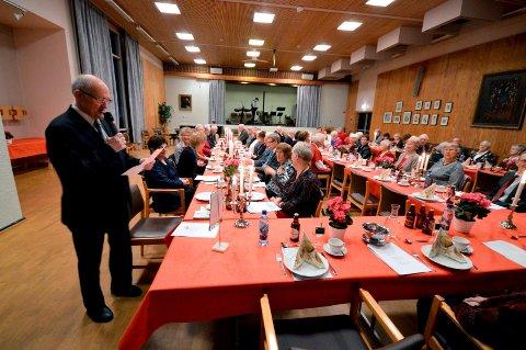 Pensjonistforeningen kan få gratis leie av kommunale lokaler fremover. Bildet viser et julebord foreningen har i rådhuset.