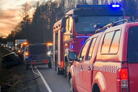 Et aggregat sto plassert delvis ut i den ene veibanen på Fylkesvei 120 i Ytre Enebakk, i 80-sona, da det smalt tirsdag ettermiddag.