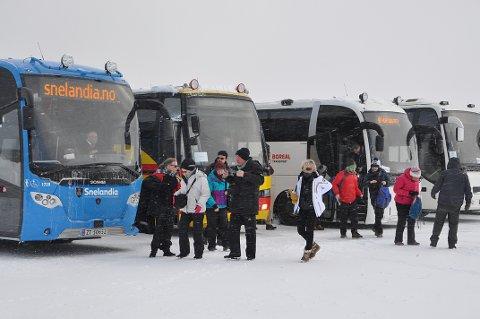 56 ÅR MED BUSS: Siden 1962 har busslass med turister blitt fraktet opp til Nordkapp-platået. I 1974 ble bomme satt opp og da kostet det 200 kroner per buss å passere.
