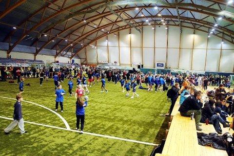 Det blir nok fullt i hallene denne helgen også- 2500 håndballspillere inntar nemlig Alta for årets håndballfest!