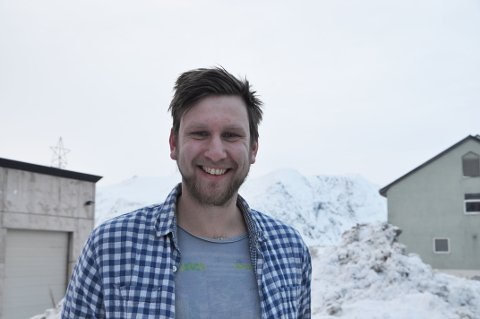 ETABLERT SEG I NORDKAPP: Jørgen Kaasen Engen (27) fra Fauske har bosatt seg i Honningsvåg med samboer, datter og hund, for å jobbe som kulturkonsulent i Nordkapp kommune.