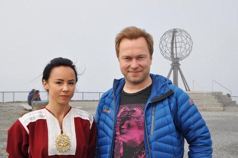 PÅ STUDIETUR: Stig Runar Andersen inviterte Sandra Andersen Eira (NSR) på studietur på Magerøya i helga. Eira fremmer sak om at Nordkapp må få eie Nordkapp-platået i Sametingets plenumsmøte denne uken, og ønsket derfor å skaffe seg mest mulig innblikk i saken.