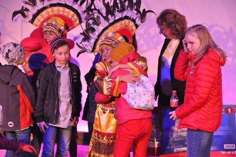 GODE KLEMMER: Flere av barna i salen gikk opp på scenen og klemte Joy og Kim fra Camiguin etter prisutdelingen.