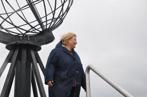 FØRSTE GANG: Det var første gang statsminister Erna Solberg besøkte Nordkapp-platået på fredag.