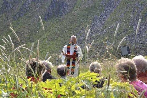 Onar Haugli under friluftsgudstjeneste i Kjelvik i 2016