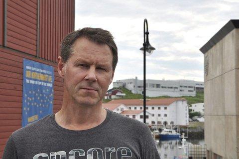 FRUSTRERT: Sigbjørn Henriksen er frustrert over at Elvegata fortsatt ikke er ferdigstilt. Gata er preget av hull i veien og store mengder støv som støver ned alt.         Foto: Stine Serigstad