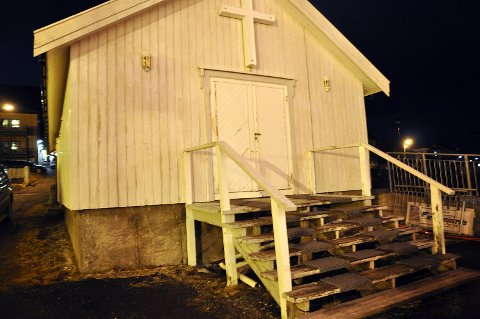 GLATT: Denne trappen er ofte glatt, og det er tungt å bære båren inn og ut av bårehuset i Honningsvåg.