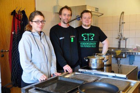 Ina Aronsen (25), Stig Roar Nilsen (34) og Simon Johansen stortrives i jobben på Møteplassen på Parken. - Å kunne bidra betyr mye, sier de.