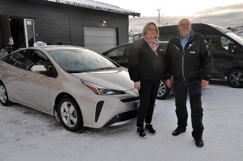 Både Mette og kollega Svein oppfordrer alle til å bruke refleks, og aller helst refleksvest. - Dette er en billig livsforsikring, sier yrkessjåførene.
