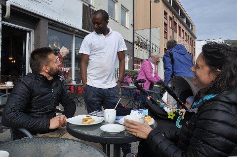 Det ble en lang hyggelig fransk prat med baker Abdoulaye Bah på Honni Bakes og turistene Fabien Arizzi og Séverine Canone fra Frankrike.