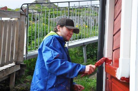 Marcus Gaare er sommervikar hos parkvesenet i Nordkapp kommune. Sammen med tre andre vikarer har han holdt uteområdene i kommunen fine i sommer.