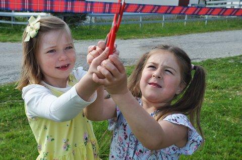 Lokale barnebarn Sofie (5) og Maribel (6) klippet snoren og åpnet dermed parken i Skarsvåg.
