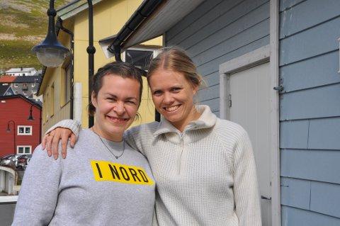 Inger-Marie A. Lupton og Marie Linnestad er to av dem som er med på å lage årets Oggasjakka. De gleder seg til festivalen går i gang onsdag ettermiddag.