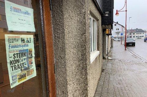 HER SKJER DET: Finnmarkspostens kontor i Nordkappgata i Honningsvåg. (Vi jobber fortsatt med å oppdatere kontaktinformasjonen på døra :)