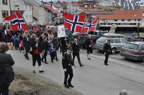 HIPP HIPP HURRA: Her er toget fra et tidligere år på vei ned Sjøgata i Honningsvåg.