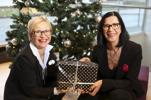 GODE HJELPARAR: Siv Grov (t.h) og Gro Leni Hansen på Choice-hotella i Florø held fram med «Ensomt-juletre»-aksjonen sin for fjerde året på rad. Foto: Dag Nesbø Frøyen