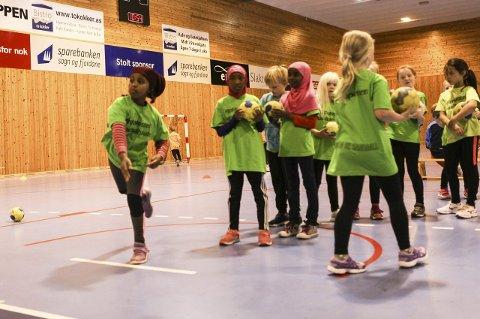 KJEKT: Firdaposten Handballskule har i år jobba spesielt inn i mot ungar med minoritetsbakgrunn.