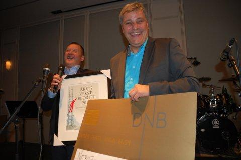Thorleif Hjermann (t.v.) og Ronny Berg frå Nærtenesten mottek prisen måndag kveld.