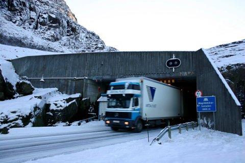 Magnhildskartunnelen er 2895 meter lang og treng oppgradering for å betre tryggleiken. Den burde også ha blitt strossa i taket, sidan tunnelen den er så låg av vogntog må køyre midt i vegen for å vere sikre på å ikkje ta opp i taket.
