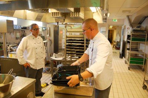 Kjøkkensjef Tore Skarstein, og kokk Ivar Pedersen kokar for Kinn kommune.