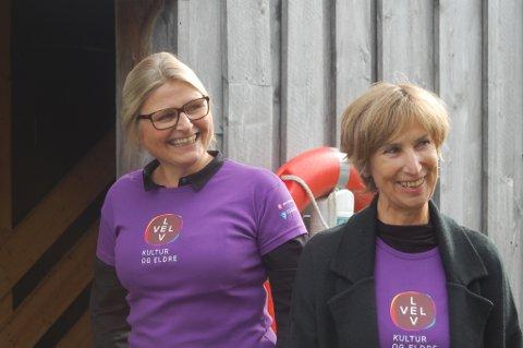 VERTSKAP: Jorunn Bjerk og Berit Høivik frå Kystmuseet inviterte dei eldre på dans