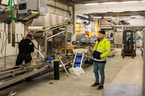 MIDT I KAOSET:  Pelagia valde til slutt å satse på Kalvåg, og no står Per Røys midt i eit planlagt kaos som om nokre månader skal bli verdas beste fabrikk for bearbeiding av sild. Han kjempa lenge for sildefabrikken skulle få eit langt liv i Kalvåg, og lukkast.