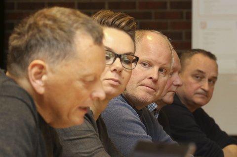 Forhandlingsmøte: f.v. Knut Ove Leite, rådmann i Vågsøy. Ordførar Kristin Maurstad (Ap) Morten Hagen (H) Jan Henrik Nygård (V) Terje Heggheim (rådmann i Flora).