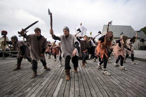 Vikingane kjem rasande innover scena frå vest kvart år.