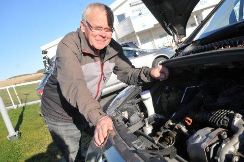 – NÅ GÅR'N SOM DEN SKAL IGJEN, sier Jan Lillehol og titter ned i motoren på sin Peugeot 508 etter at en energisk blindpassasjer på fire hadde omgjort luftfilteret til vinterforråd av solsikkefrø.