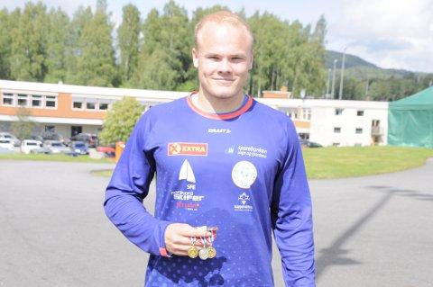 MEDALJESANKAR: Thomas Mardal frå Gloppen friidrettslag tok to gull og eit sølv under junior-NM på Brandbu.