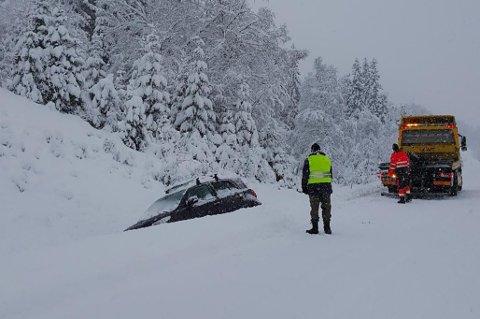 UTFOR: To bilar køyrde av vegen på riksveg 5 mellom Jølster og Sogndal laurdag.