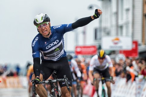 SAMANLAGTVINNAR: Edvald Boasson Hagen kan juble etter å ha vunne spurten i Stavanger.