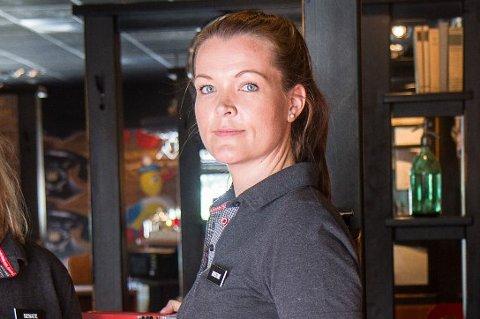 OPNAR: Kristine Sand Johnsen er dagleg leiar ved Peppes Pizza i Førde. Frå fredag kan dei servere alkohol igjen.