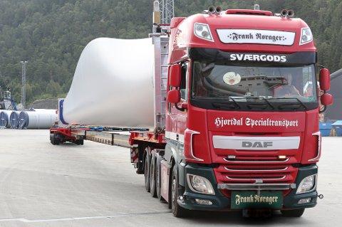 STARTAR TRANSPORTEN: Spesiallastebilar som denne skal frakte vindturbindelar frå Fjord Base via rv. 5 og fv. 614 til Guleslettene.