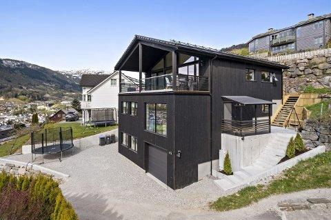 EINEBUSTAD: Huset i Navarsetevegen hadde ein prisantydning på ni millionar kroner.