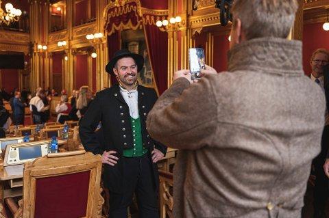 PÅ TINGET: Torbjørn Vereide (Ap) og Alfred Bjørlo  (V, med mobilkamera) fotografert under den høgtidlege opnina av Stortinget måndag denne veka.