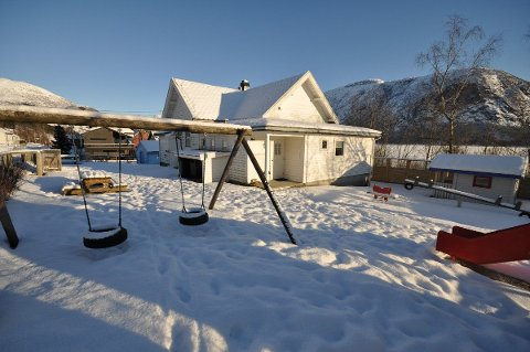 UTE FOR SAL: Den gamle barnehagen i Årdal er ute for sal. Men det er nokre ulemper med eigedomen.