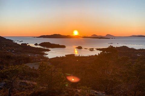 NYT DET: Om berre nokre dagar kjem regnet attende, og vêret blir som vanleg her vest. Så vi må nyte slike solnedgangar når vi kan.