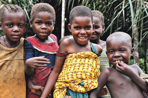 Husk kontanter: For å støtte Regnskogsfondet under årets TV-aksjon må du huske å ha gode, gamle kontanter tilgjengelig på søndag, minner Camilla Eidsvold om. Bildet er tatt i Kongo i forbindelse med årets aksjon.