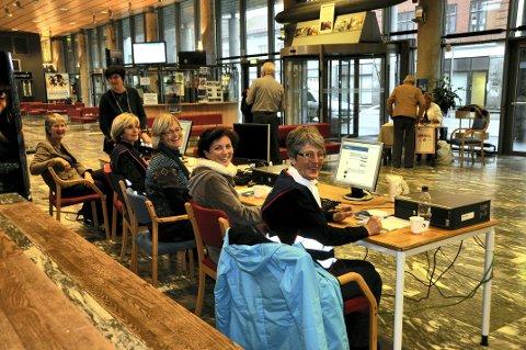 Vaksinering i byhallen: Dette bildet er fra da kommunen gjennomførte vaksinering i byhallen i 2010. Den gangen var det et glissent oppmøte. Marit Barvik (fra venstre), Astrid Lieng, Anne Marie Kylstad, Ingrid Skard Solhaug, Nina Berg Olsen og Else H. Nygaard