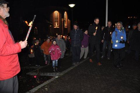 LYS I MØRKE: Fakkeltoget i solidaritet med de forfulgte, med Sarpsborg kirke i bakgrunnen. Foto: Boe Johannes Hermansen