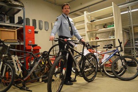 SYKLER PÅ AVVEIE: Krimsjef Rune Albertsen ved Fredrikstad politistasjon konstaterer at antall sykler på avveie øker jevnt. I januar var antallet sykkeltyverier mer enn fordoblet sammenlignet med måneden før.