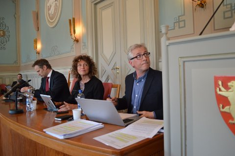 BEKLAGET:  Mange timer og kroner er brukt siden Jon-Ivar Nygård (til venstre og rådmann Ole Petter Finess her i 2015 skrev en felles beklagelse til varslerne i teknisk drift, en beklagelse som også ble fremført i bystyret. i midten Kari Agerup.